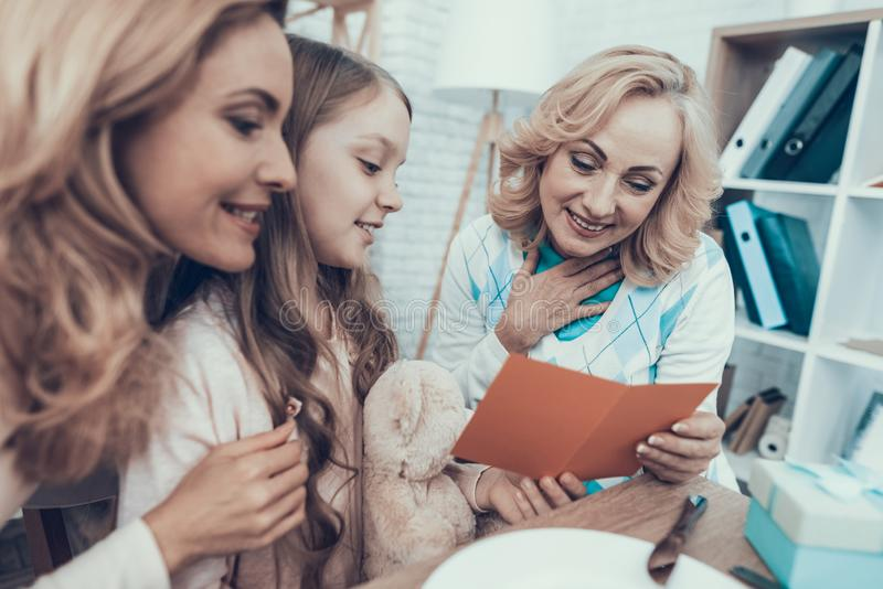 Rodzinny dopatrywanie w kartkę z pozdrowieniami na świętowaniu obrazy stock