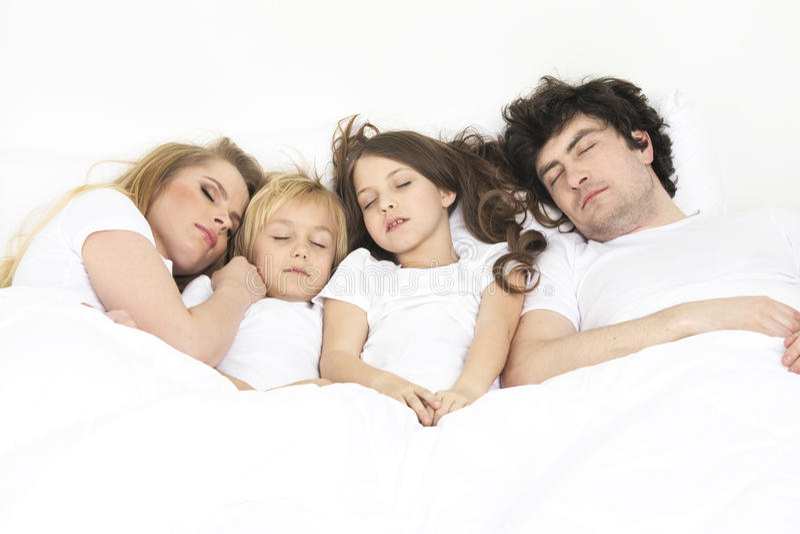 Rodzinny dosypianie wpólnie obrazy stock
