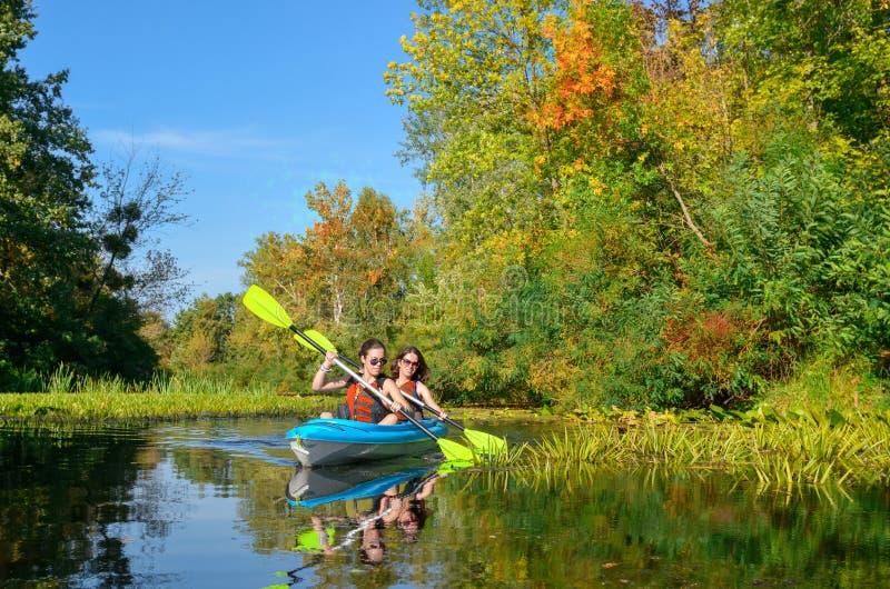 Rodzinny kayaking, matka, dziecko, aktywny lato weekend i wakacje paddling w kajaku na rzeki czółna wycieczce turysycznej, fotografia royalty free