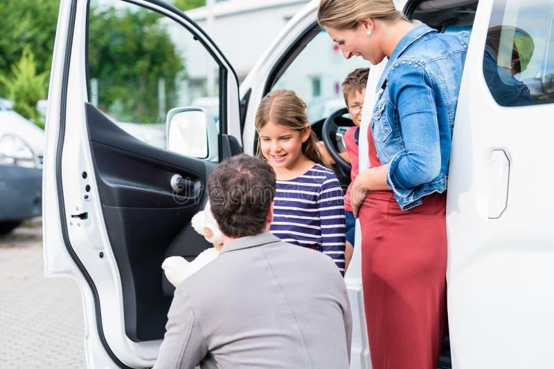 Rodzinny kupienie samochód, matka, ojciec i dziecko przy przedstawicielstwem handlowym, obrazy stock