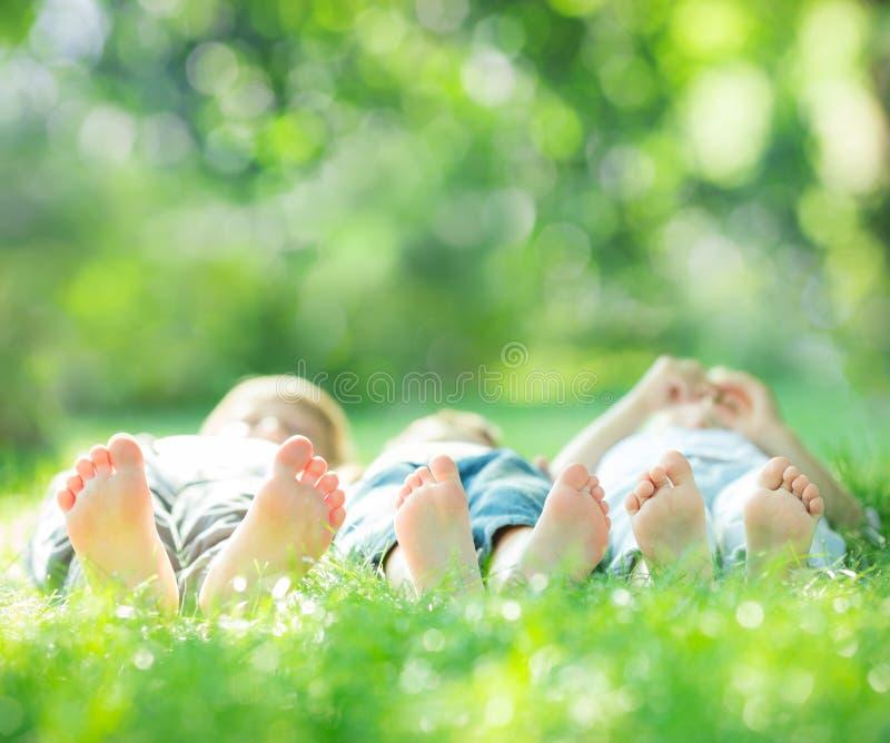 Rodzinny lying on the beach na zielonej trawie zdjęcia stock