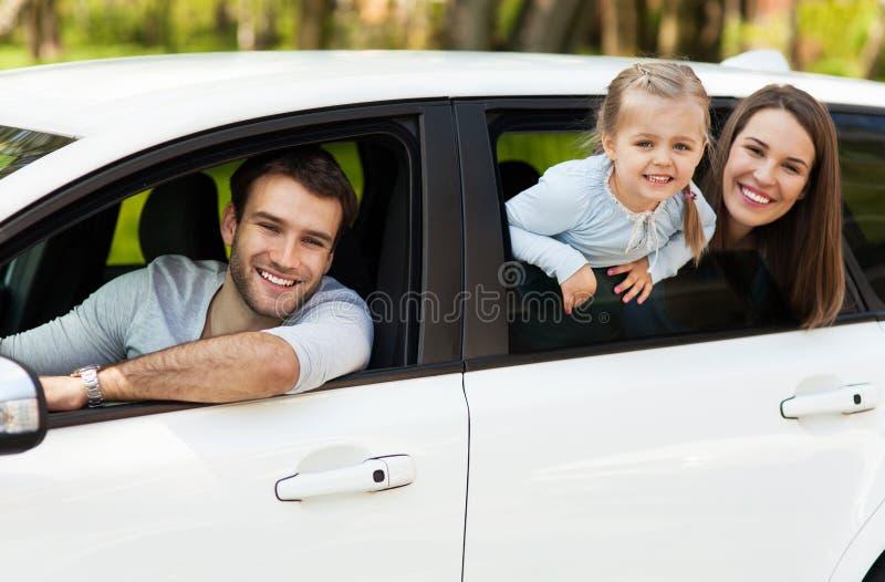 Rodzinny obsiadanie w samochodowych przyglądających okno out obraz royalty free