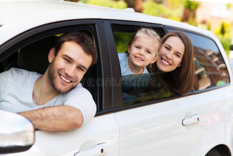 Rodzinny obsiadanie w samochodowych przyglądających okno out zdjęcia royalty free