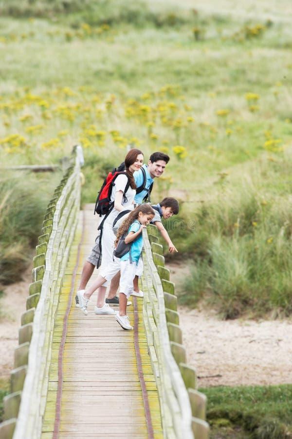 Rodzinny odprowadzenie Wzdłuż Drewnianego mosta obraz stock