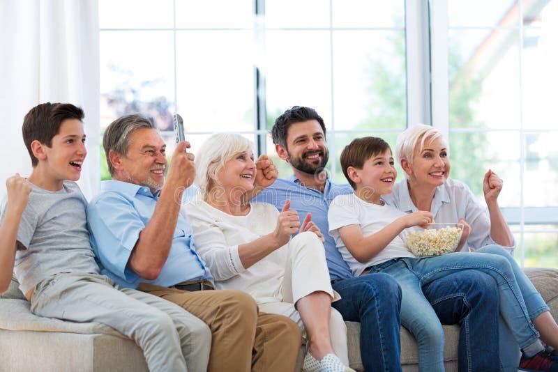 Rodzinny ogląda tv na kanapie obraz stock