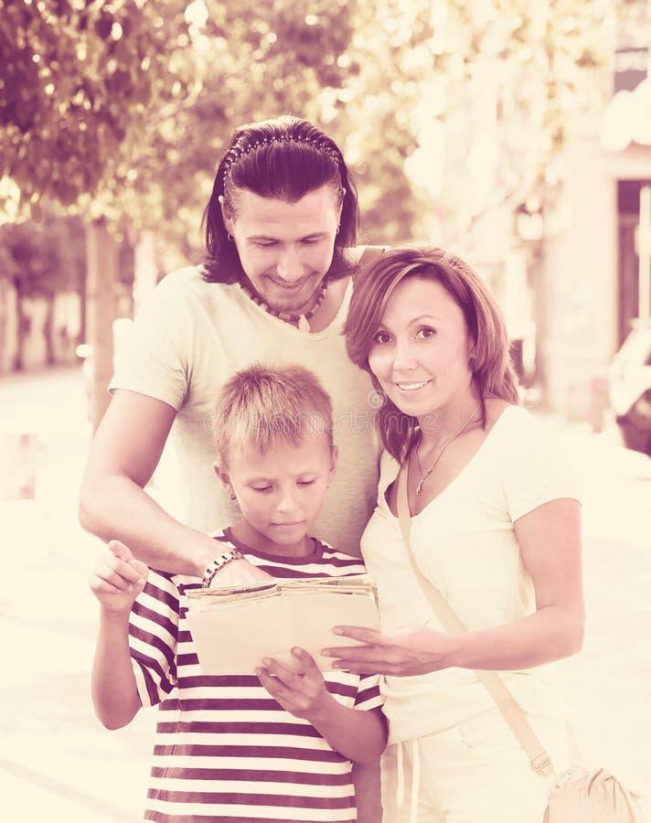 Rodzinny patrzejący mapę przy miastem fotografia royalty free