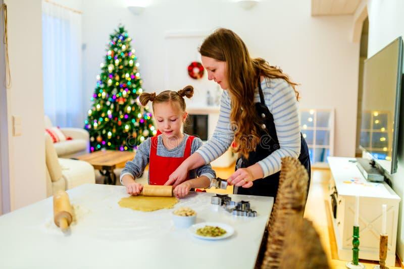 Rodzinny pieczenie na wigilii fotografia stock