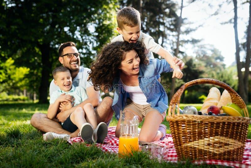 Rodzinny pinkinu outdoors więzi relaksu szczęścia pojęcie obraz royalty free