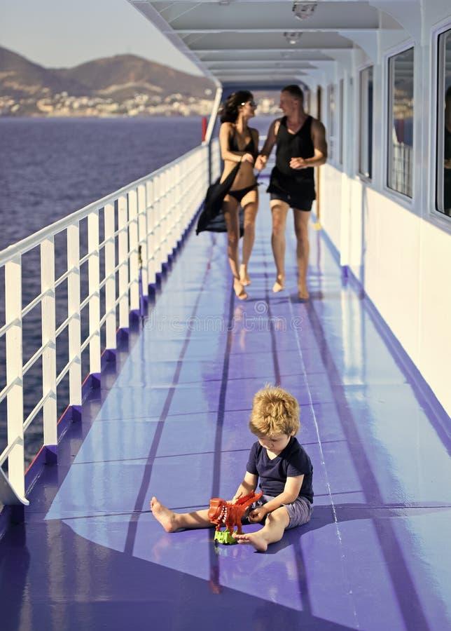 Rodzinny podróżowanie na statku wycieczkowym, defocused Rodziny spoczynkowy pojęcie Ojcuje, matkuje, spacer na pokładzie rejsu li obraz stock
