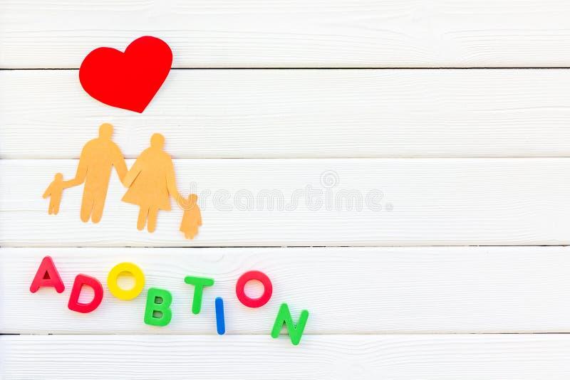 Rodzinny pojęcie i adopcji dziecko kopiujemy na białym drewnianym tło odgórnego widoku mockup obraz royalty free