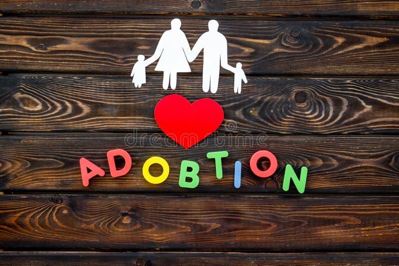 Rodzinny pojęcie i adopcji dziecko kopiujemy na drewnianego tła odgórnym widoku fotografia stock