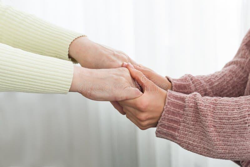 Rodzinny poparcie Starsze kobiety i córki mienia ręki zdjęcia stock