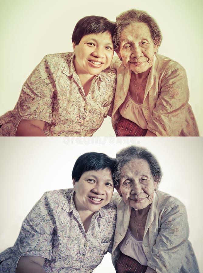 Rodzinny portret Azjatycki starszej osoby córki i matki przytulenie wewnątrz obraz royalty free