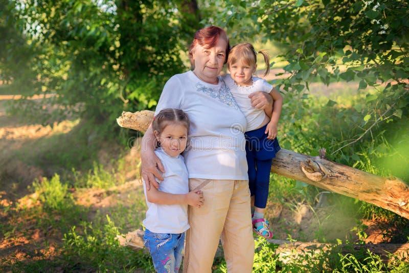 Rodzinny portret babcia z dwa wnuczkami outdoors zdjęcia royalty free