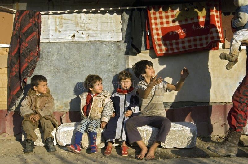 Rodzinny portret biedy Roma cygany, Rumunia obrazy royalty free