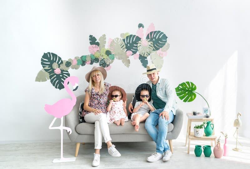 Rodzinny portret cztery Szczęśliwi rodzice w dużych kapeluszach i ich rozochoconych dzieciakach obrazy stock