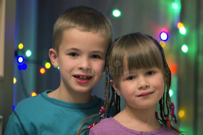 Rodzinny portret dwa młodego szczęśliwego ślicznego blond dziecka, przystojny zdjęcie stock