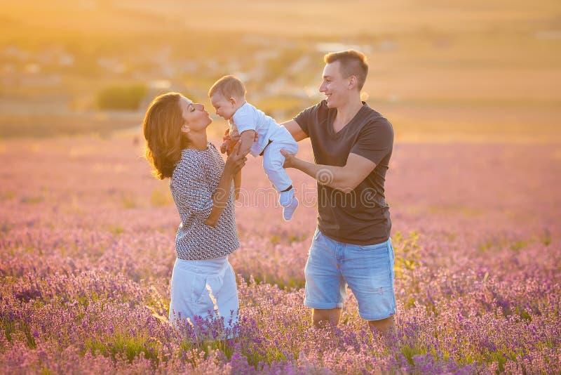 Rodzinny portret matki ojciec i dziecko syn na lawendzie odpowiadamy mieć zabawę wpólnie Szczęśliwa para z dzieckiem cieszy się u obraz stock