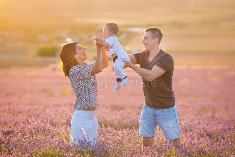 Rodzinny portret matki ojciec i dziecko syn na lawendzie odpowiadamy mieć zabawę wpólnie Szczęśliwa para z dzieckiem cieszy się u obrazy stock