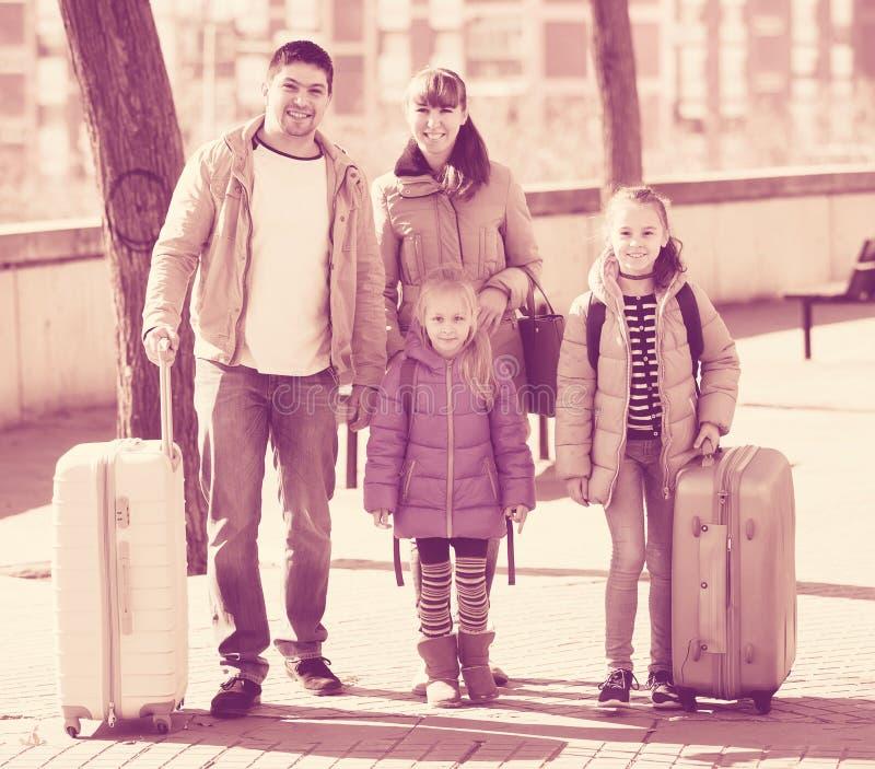 Rodzinny portret podróżnicy z kołowymi trollers w wiośnie da obraz stock