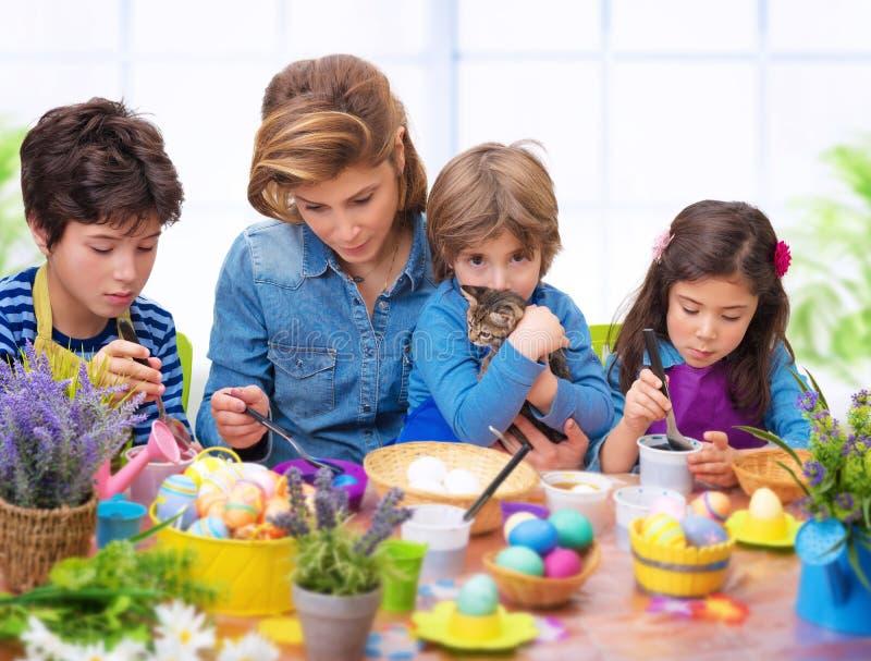 Rodzinny portret w Wielkanocnym czasie zdjęcie royalty free