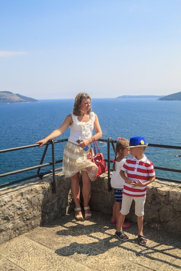 rodzinny przygody poj?cie Matka podróżuje z dziećmi obraz royalty free