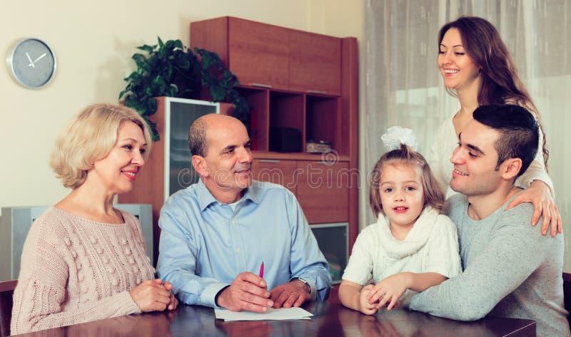 Rodzinny przygotowywający szyldowi bankowość dokumenty obrazy royalty free