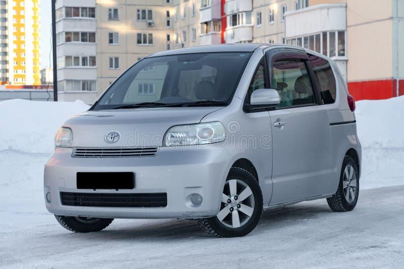 Rodzinny roomy samochód Toyota porte gatunek w szarość z automatyczny drzwiowy outside w zimie, furgonetka przygotowywał dla sprz obrazy stock