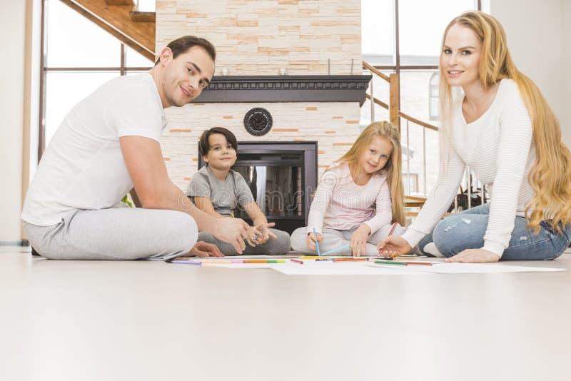 Rodzinny rysunkowy w żywym pokoju wpólnie zdjęcia royalty free