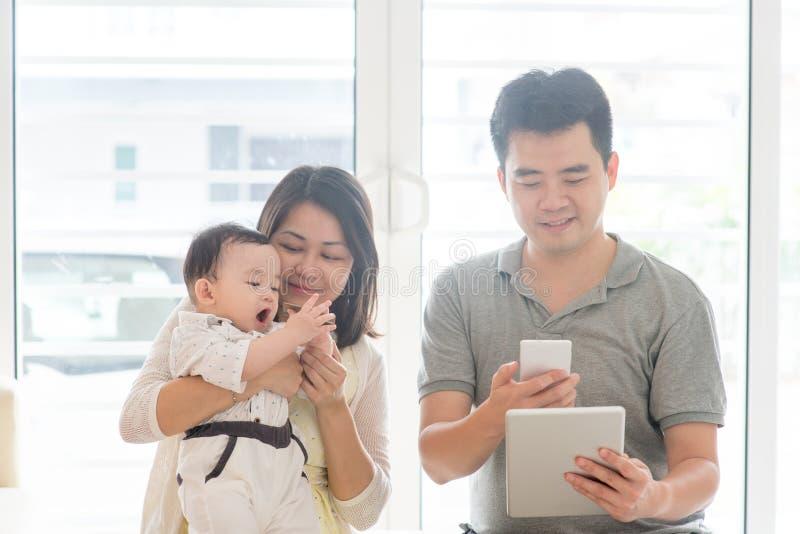Rodzinny skanuje QR kod obrazy stock