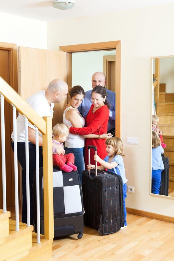 Rodzinny spotkanie. Rodzina przyjeżdżająca odwiedzać krewnych zdjęcie stock