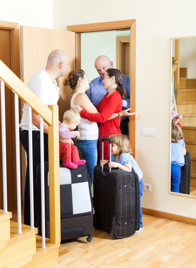 Rodzinny spotkanie Rodzina przyjeżdżająca odwiedzać krewnych fotografia stock