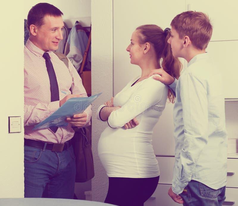 Rodzinny spotkanie z pracownikiem opieki społecznej zdjęcia royalty free