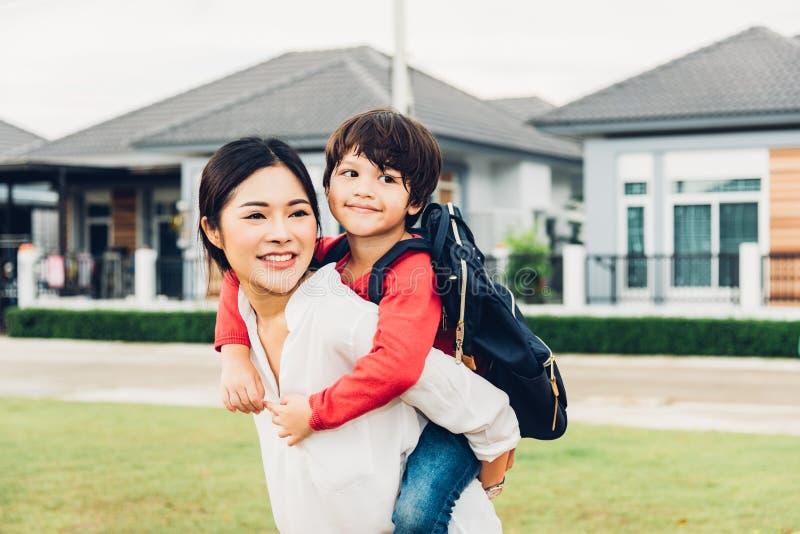 Rodzinny szczęśliwy dziecko dzieciaka syna chłopiec dziecina przejażdżki piggyba z powrotem zdjęcia stock