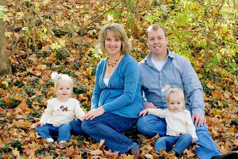 rodzinny szczęśliwy obsiadanie obrazy stock