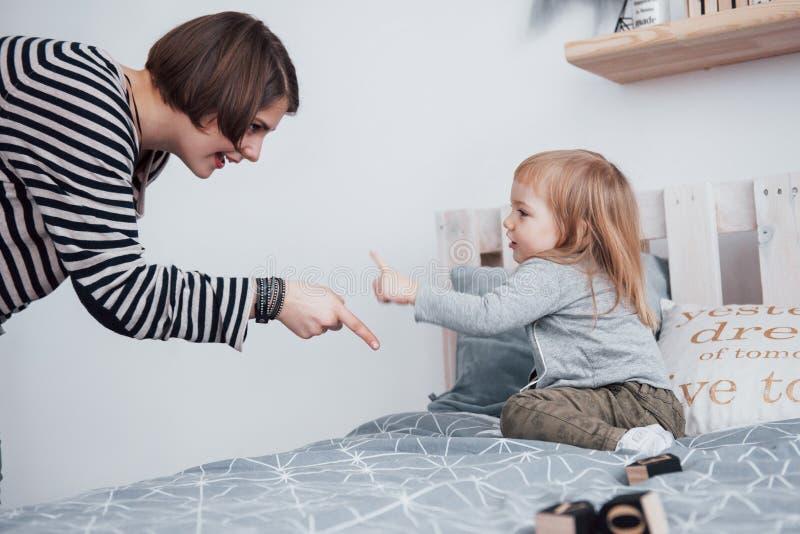 rodzinny szczęśliwy target2231_0_ Macierzysta i córka jej dziecka dziewczyna bawić się i ściska zdjęcia royalty free
