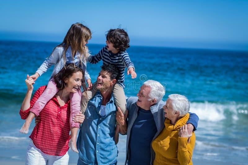 rodzinny szczęśliwy target2513_0_ wpólnie obrazy stock