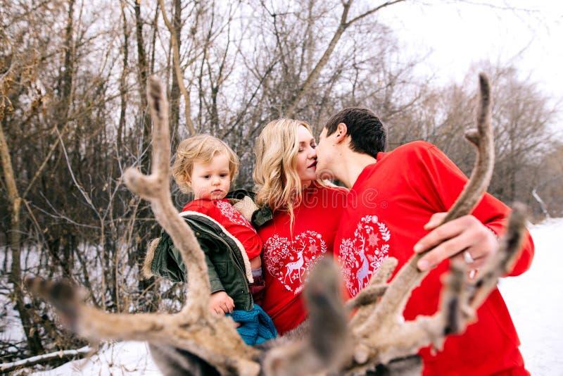 rodzinny szczęśliwy zmierzch Ojcuje, matka i dziecko córki mają zabawę i bawić się na śnieżnym zima spacerze w naturze, buziak mr obrazy royalty free