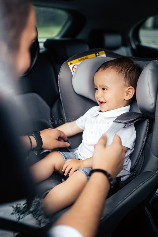 Rodzinny transport, styl życia pojęcie - Zbawczy pierwszy dziecka siedzenie, przymocowywa seatbelt fotografia royalty free