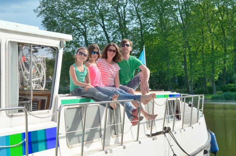 Rodzinny wakacje, wakacje letni podróż na barki łodzi w kanale, szczęśliwi dzieciaki i rodzice ma zabawę na rzecznej rejs wyciecz obrazy royalty free