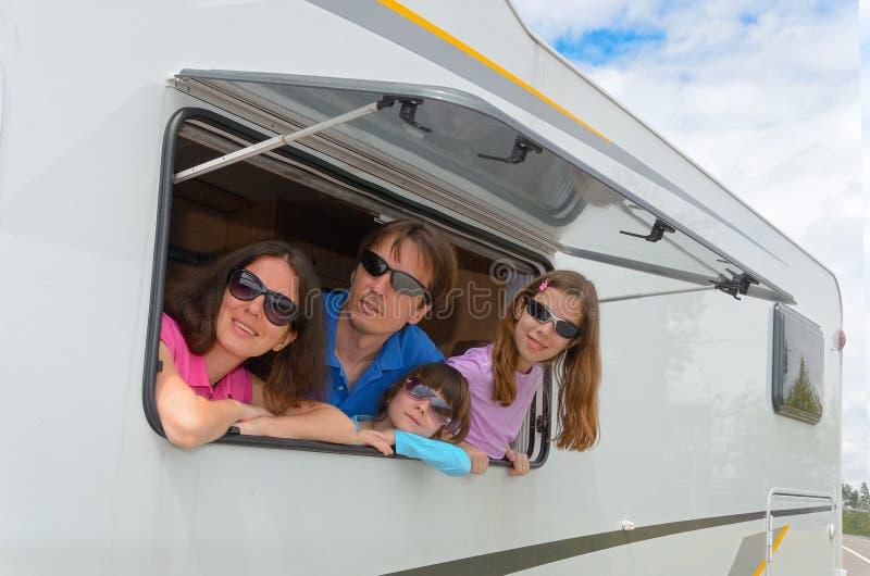 Rodzinny wakacje, RV podróż z dzieciakami (obozowicz) obraz royalty free