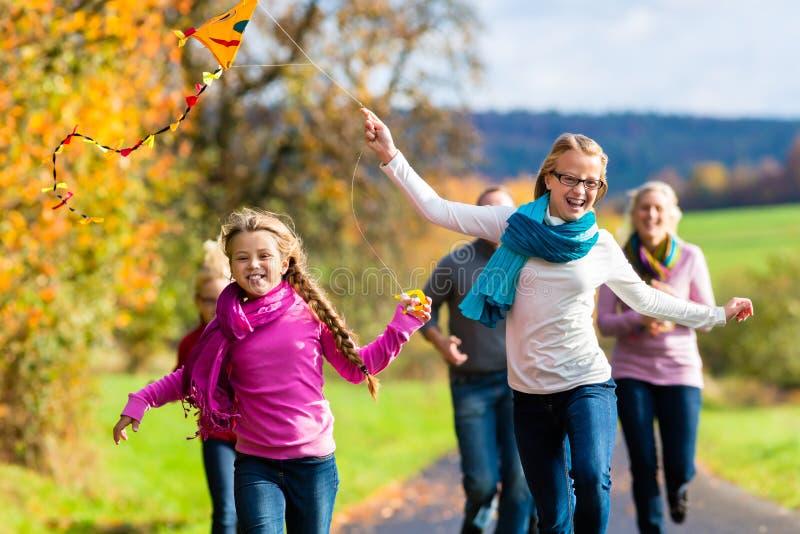 Rodzinny wp8lywy spacer w jesieni lasowej latającej kani obraz royalty free