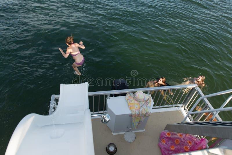 Rodzinny zabawy doskakiwanie w jeziorze na wakacje obrazy stock