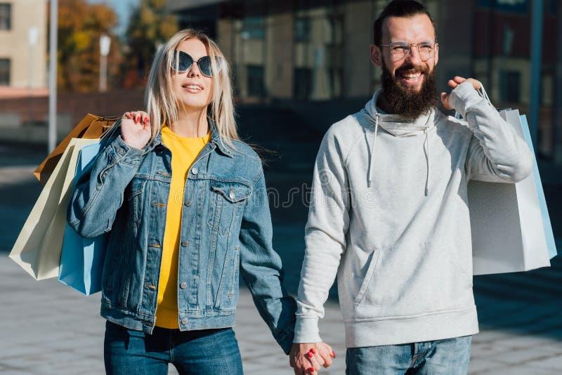 Rodzinny zakupy pary centrum miasta spadek miastowy zdjęcia royalty free