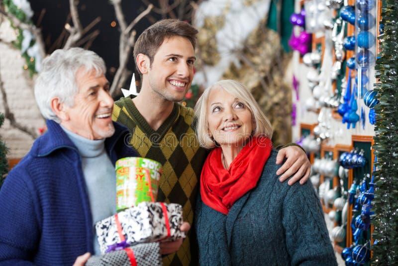 Rodzinny zakupy W boże narodzenie sklepie obrazy stock