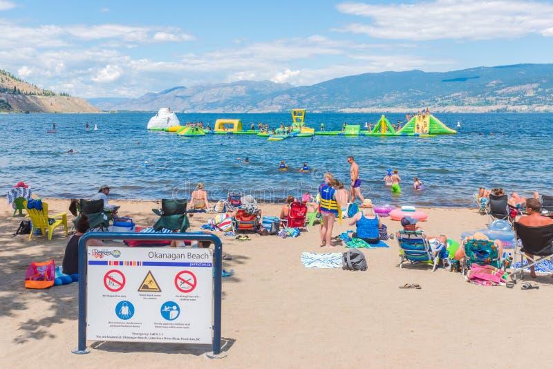 Rodziny bawić się na nadmuchiwanym Wibit kursie na Okanagan jeziorze obraz royalty free