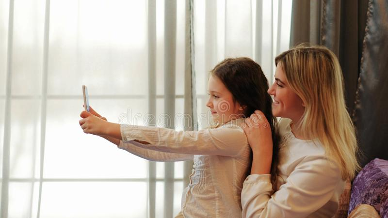 Rodziny córki czasu wolnego zabawy rozrywki macierzysty selfie obrazy royalty free