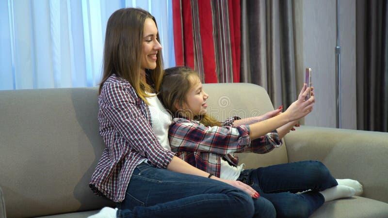 Rodziny córki czasu wolnego zabawy rozrywki macierzysty selfie zdjęcie royalty free