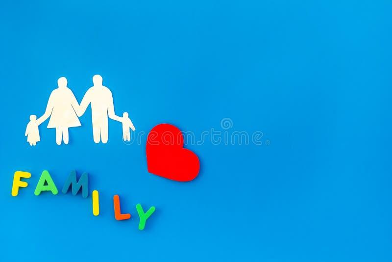 Rodziny kopia i adopcji dziecka pojęcie na błękitnym tło odgórnego widoku mockup obrazy stock