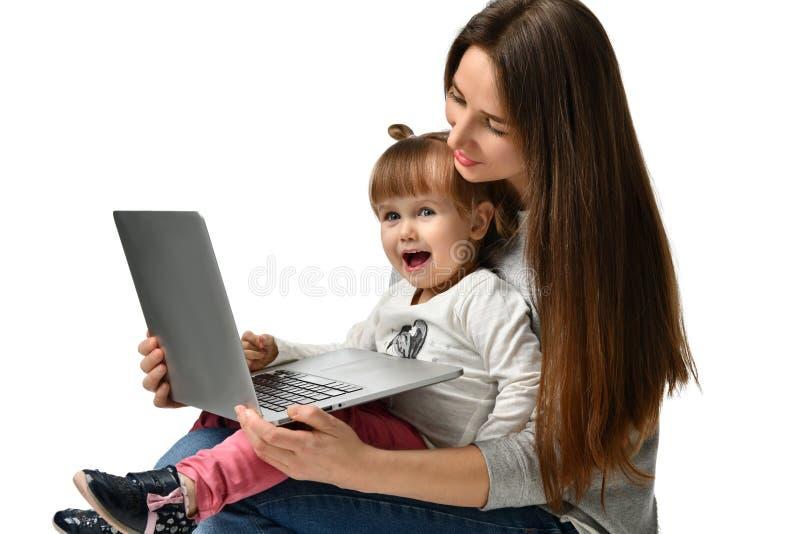 Rodziny matka i dziecko córka z laptopem w domu zdjęcie royalty free